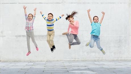 Karma Kids Yoga springende Kinder