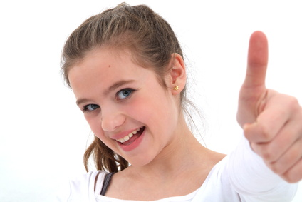 Karma Kids Yoga - Junges Mädchen zeigt Daumen